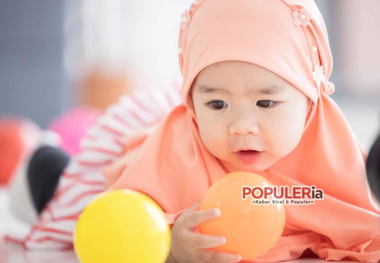 bayi cantik berjilbab bermain bola