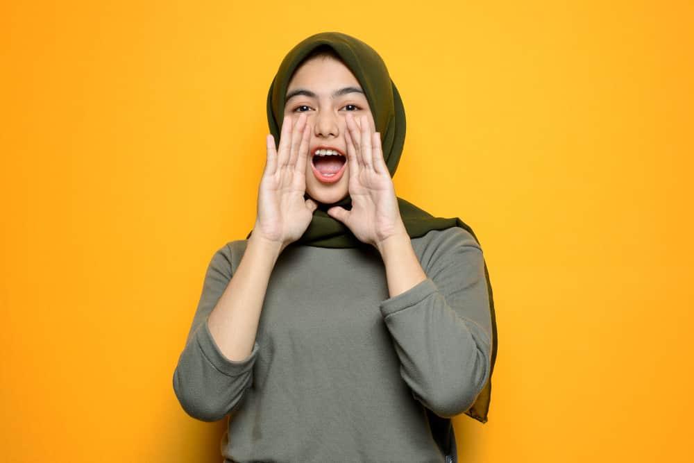 slogan beautiful asian woman screaming sign 101 Aneka Slogan Terkini untuk Pendidikan, Motivasi, Kesehatan dan Agama