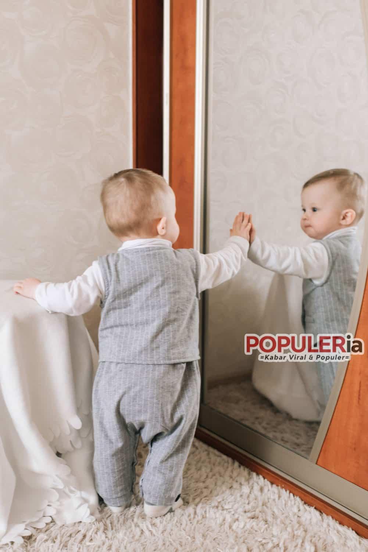 bayi bermnain dengan cermin