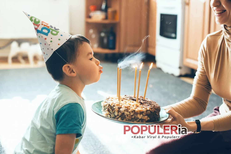 meniup kue ulang tahun